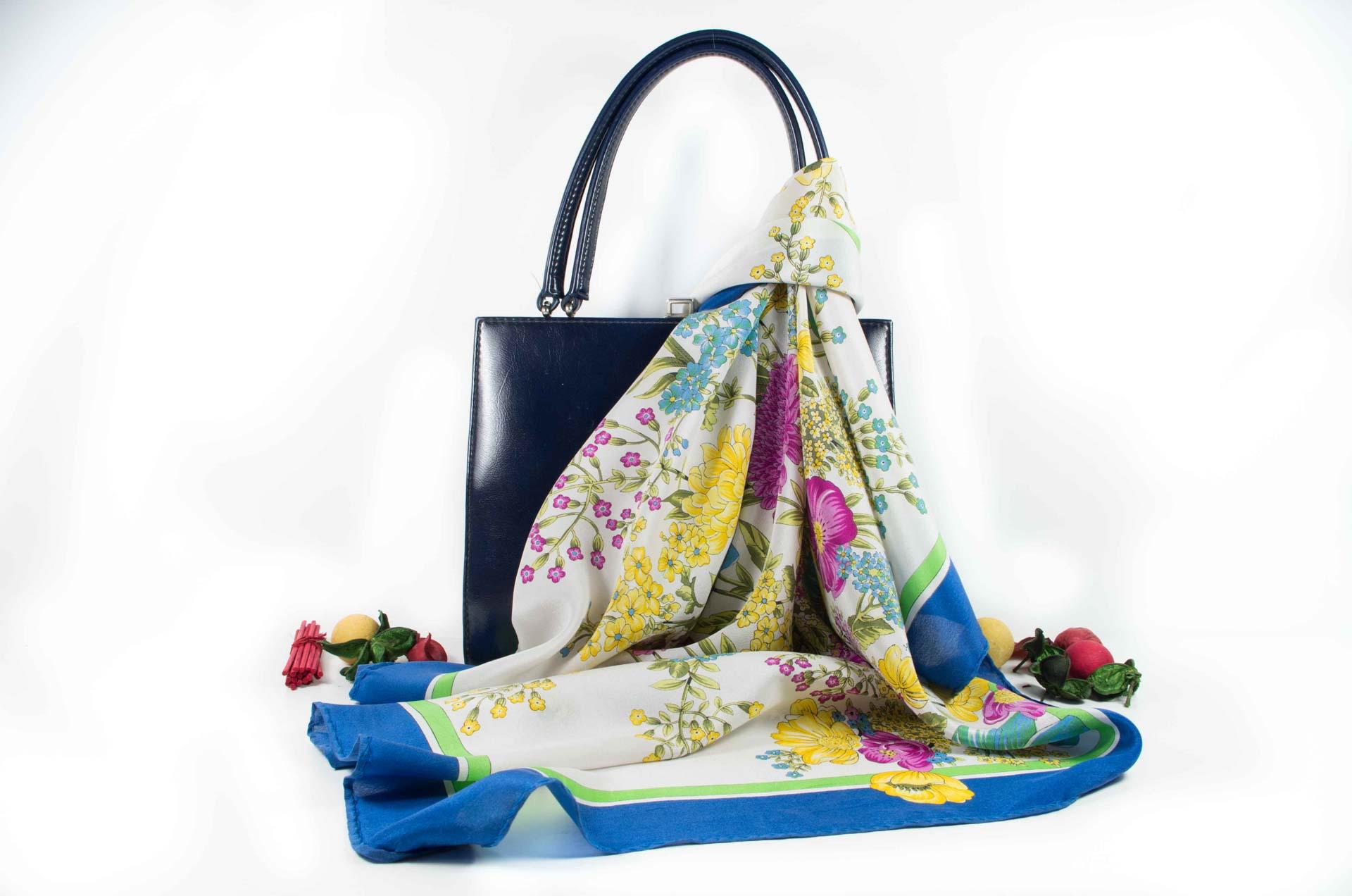 foulard con fiori in seta 10