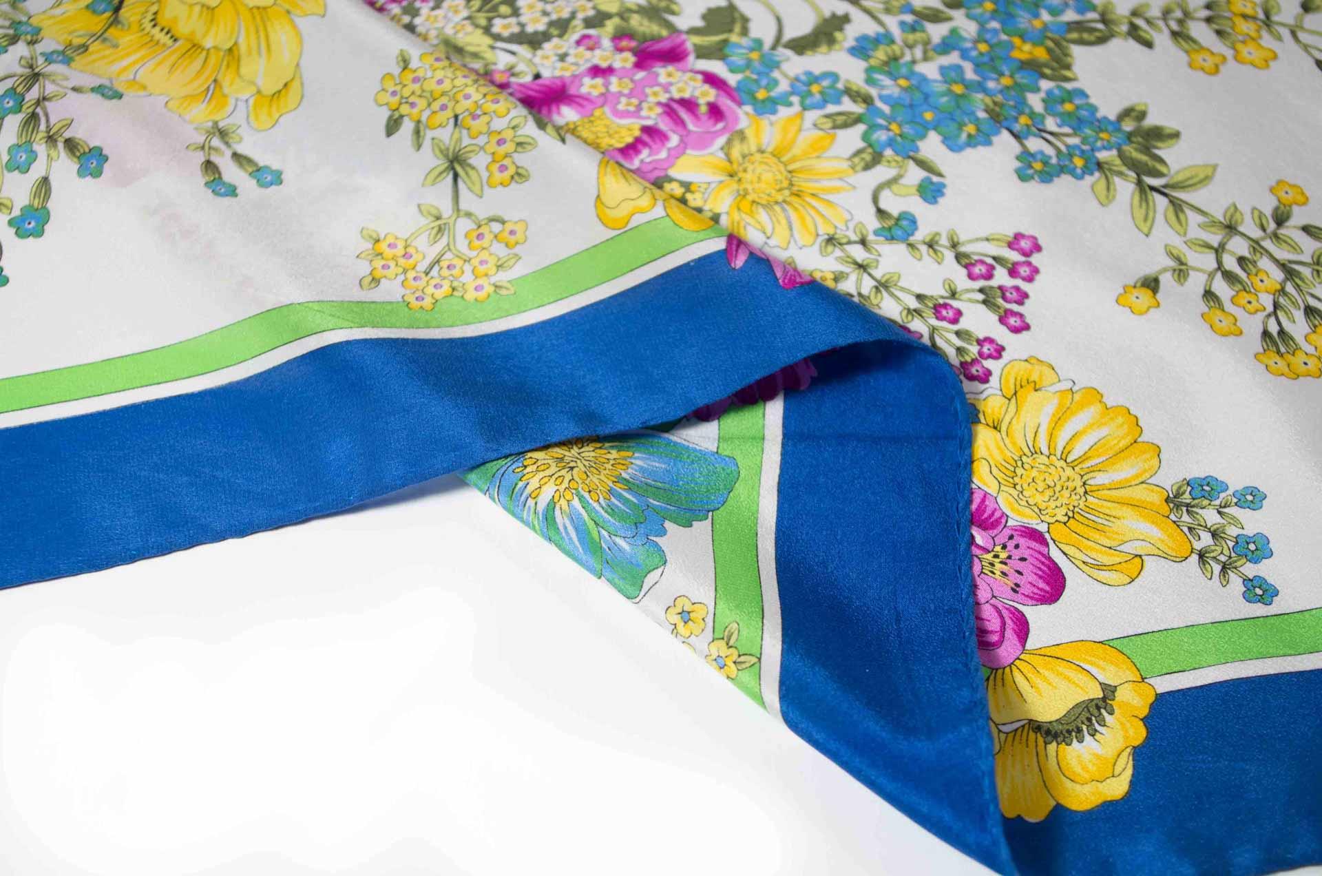 foulard con fiori in seta 2