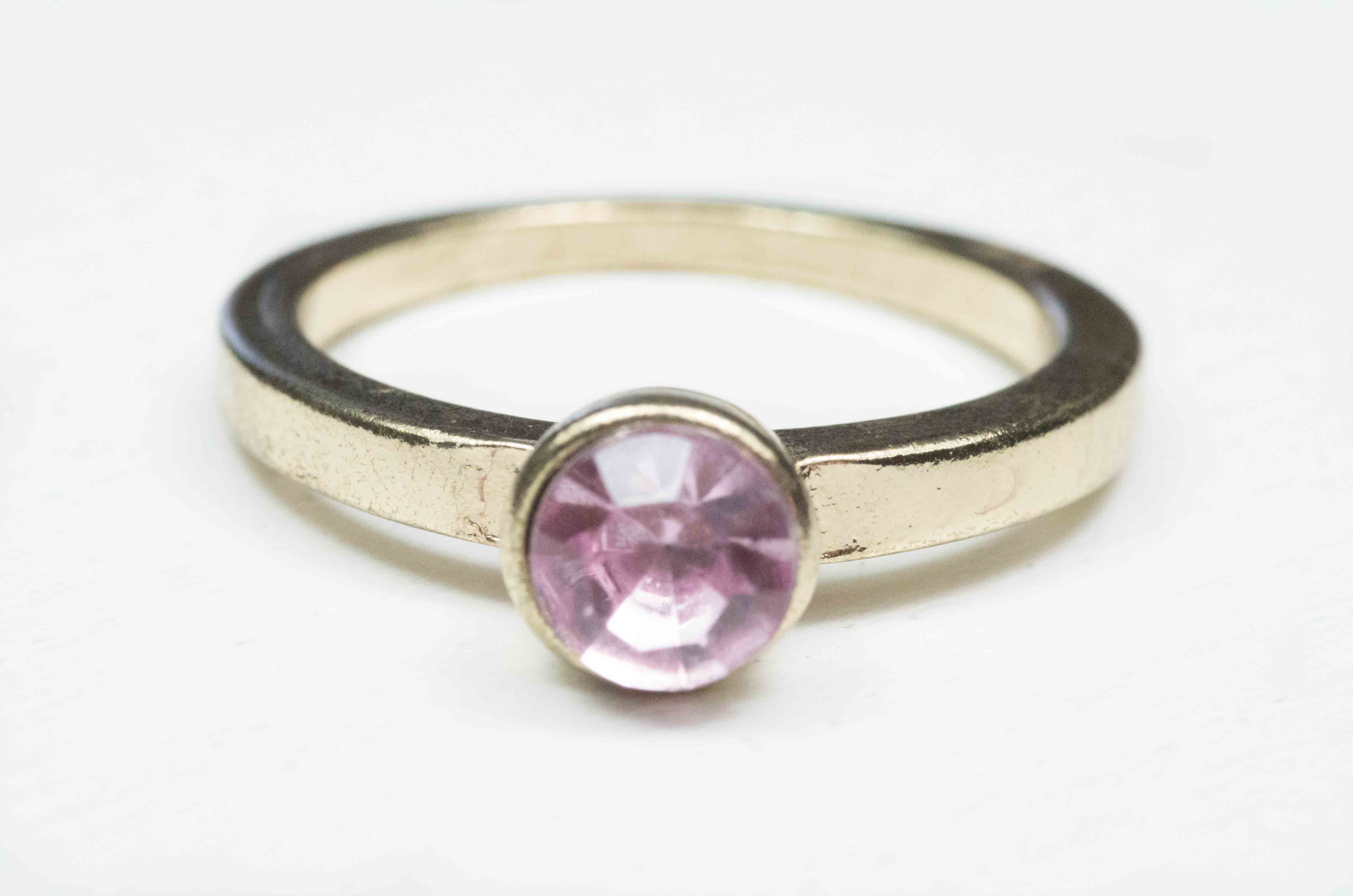 anello solitario con pietra rosa 2