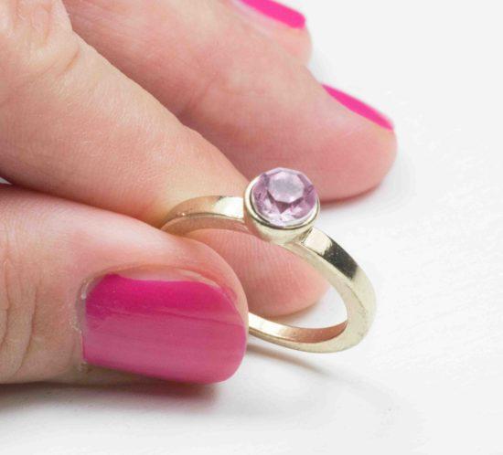 anello solitario con pietra rosa